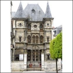 Ancien hôtel particulier, l'hôtel Cabu, à Orléans, abrite le musée historique et archéologique de l'Orléanais depuis 1862.