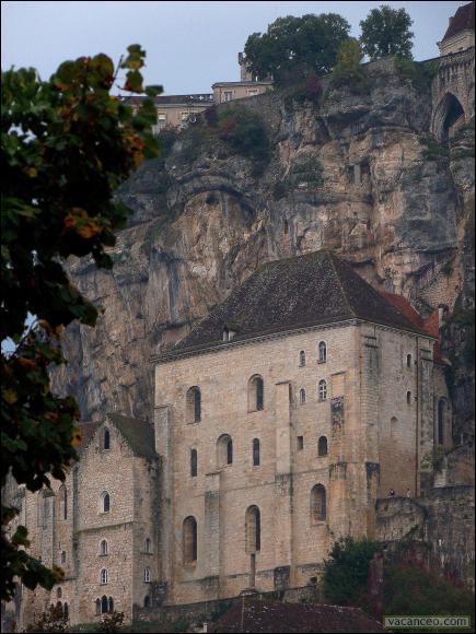 La basilique Saint-Sauveur est le plus grand édifice sacré qu'abrite le sanctuaire de Rocamadour.