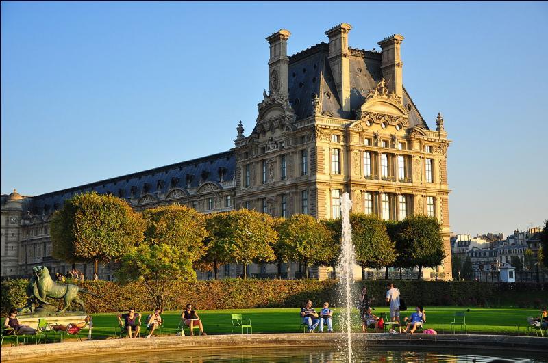 Le palais du Louvre, ancien palais royal, abrite aujourd'hui l'un des plus grands musées du monde.