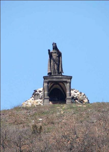 La statue monumentale Notre-Dame-de-la-Garde en pierre de Volvic, (5, 5 m de haut) domine cette ville auvergnate.