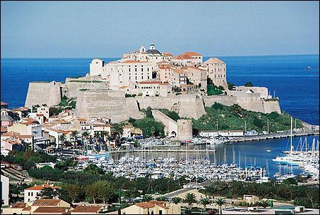 Construite au XIIIe siècle par les Génois, la citadelle de Calvi se dresse sur un promontoire rocheux au nord-est de la ville.