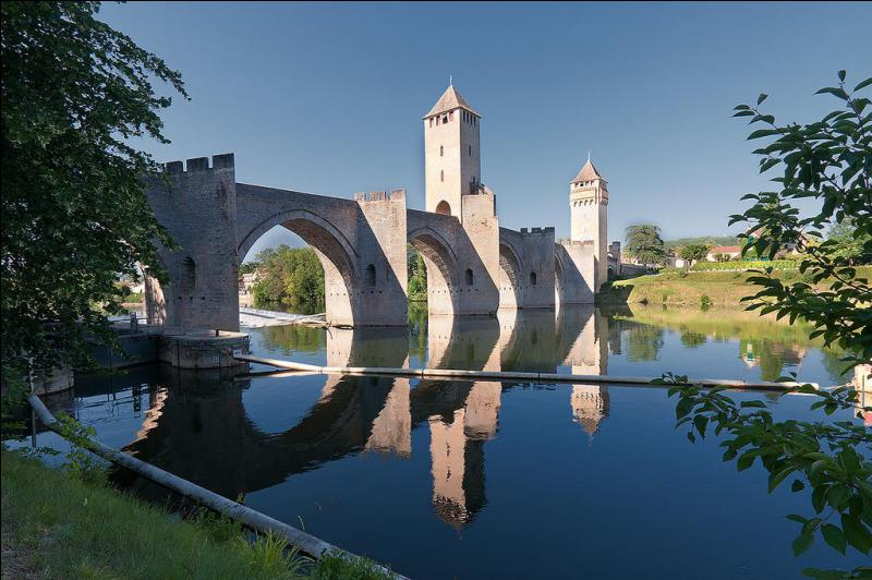 Le pont du Diable à Valentré est plus connu sous l'appellation de pont fortifié de Cahors.