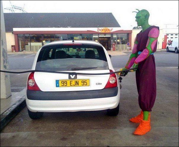 Qui fait le plein de sa Clio sur la photo ?