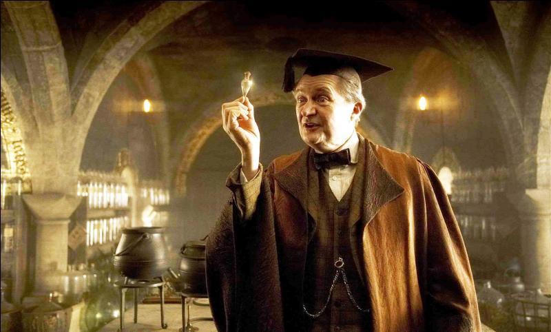 En quoi le professeur Slughorn se déguise-t-il lorsque Harry et Dumbledore arrivent ?