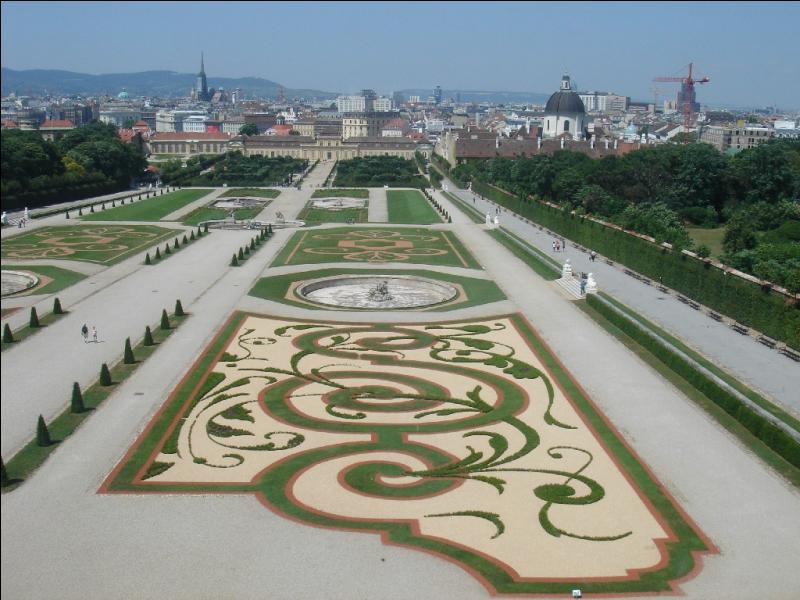 Dans quelle ville peut-on se balader dans les jardins du Belvédère ?