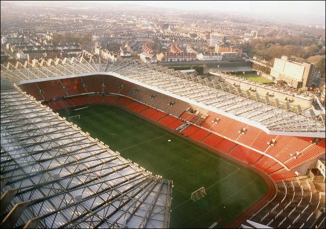 Près de quelle ville est le terrain de rugby d'Arms Park ?