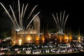 Quel parc d'attractions français est célèbre pour son grand spectacle nocturne ?