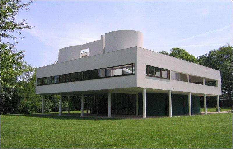 Quel est cet architecte célèbre qui dessinait déjà des toits plats pour ses créations au début du XXe siècle et dont la réalisation représentée sur la  photo est la Villa Savoye à Poissy ?