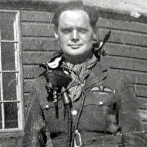 Un pilote anglais de la bataille d'Angleterre était un handicapé physique. Cela ne l'a pas empêché de devenir un des plus grands pilotes de la 2e Guerre mondiale. Ill sera abattu et fait prisonnier de guerre. Pendant son incarcération pendant la guerre, Il continuera à combattre les nazis. Qui est-il ?