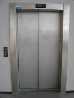 Approchez-vous de cet ascenseur, il y sera sûrement.
