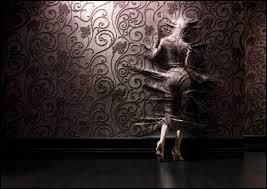 Tenir les murs, faire banquette, être le pot de fleurs, quelle situation passionnante ! Autant d'expressions synonymes dont l'équivalence est :