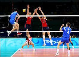 Quelle est la hauteur réglementaire d'un filet de volleyball lors d'une compétition masculine ?