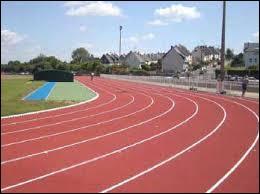 Quelle distance parcourez-vous si vous faites 12 tours de piste sur un terrain d'athlétisme ?