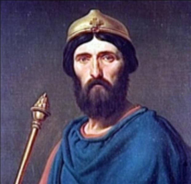 A priori, ce roi de France est le seul à avoir passé sa jeunesse à l'étranger. Il a émigré au moment de la capture (bataille de Soissons) de son père, lui-même roi de France. Il remplacera celui qui a pris la « place » de son père. Quel est-il ?
