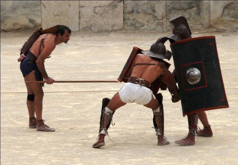 Lors d'un combat de gladiateurs qui pouvaient se terminer par la mort d'un des combattants, comment le public annonçait sa décision pour la grâce ou la mort ?