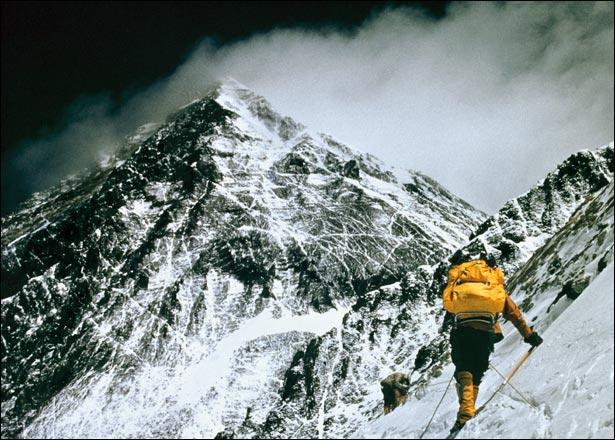 Edmund Hillary et Tensing Norgay réussissent à vaincre cette montagne en 1953, peut-être a-t-elle été vaincue en 1924 par George Mallory et Andrew Irvine, en 1924. Elle porte deux noms, celui que les Anglais lui donnèrent et son nom traditionnel. A vous de les trouver !