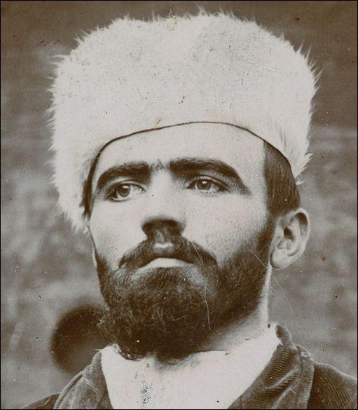 A la fin du XIXe siècle, pensant son procès, qui s'écria « Oui j'ai commis cela, il n'avait pas à se trouver là » ? Il portait régulièrement un bonnet blanc, symbole de sa « virginité ».