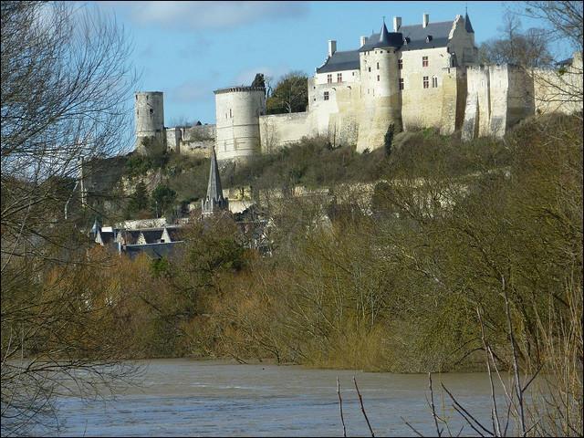 En 1429, Jeanne d'Arc mit 11 jours à se relier Vaucouleurs à une ville surnommée « La fleur du jardin de la France » pour y rencontrer le dauphin Charles. Quel est le nom de cette ville Johannique ?