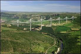 L'un des pylônes du viaduc de Millau est plus haut que la tour Eiffel ?