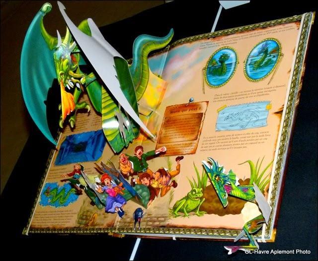 C'est une production artistique animée d'un mécanisme faisant apparaître les personnages, les décors.