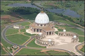 Quelle ville est devenue en 1983 la capitale politique et administrative de la Côte d'Ivoire, remplaçant Abidjan ?