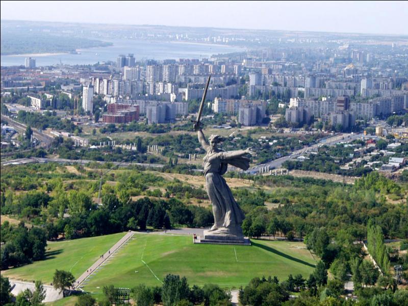 Histoire. Durant la Seconde Guerre mondiale, la bataille de Stalingrad qui a opposé les forces soviétiques aux forces de l'Axe a fait un million de victimes. En 2014 a quel pays cette ville qui a depuis changé de nom appartient-elle ?