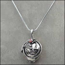 A qui ce collier appartient-il en vérité ?