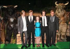 Quelle est la petite actrice au milieu en bleu ?