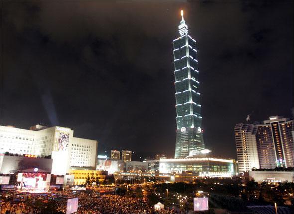 La tour Taipei 101, inaugurée début 2004, a été le plus haut gratte-ciel du monde jusqu'au 21 juillet 2007. Quelle est sa hauteur ?