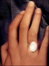A qui appartient ce bijou ?