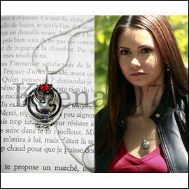 À qui appartient le collier que Stefan offre à Elena ?