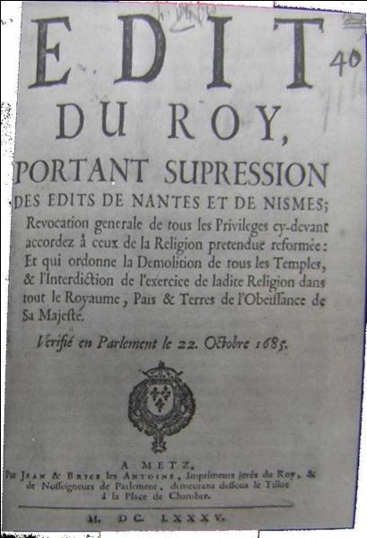 En 1685, quel célèbre édit Louis XIV révoque-t-il et qui accordait une certaine liberté religieuse aux protestants ?