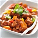 Ce plat est constitué de viande caramélisée, de légumes, de fruits et d'une sauce sucrée et acidulée.