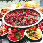 La principe de ce plat est de faire cuire les aliments dans un bouillon avec un mélange constitué d'herbes et d'épices.