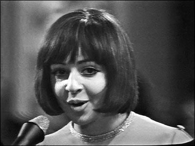 """Quelle chanteuse a chanté la chanson """"L'amour est bleu"""" à l'eurovision en 1967 ?"""