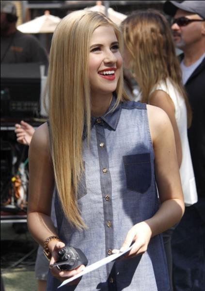 C'est une actrice qui chante aussi mais très peu. Elle est avec Disney Channel, allez ce n'est pas très dur ! Tu peux trouver ! Qui est-ce ?
