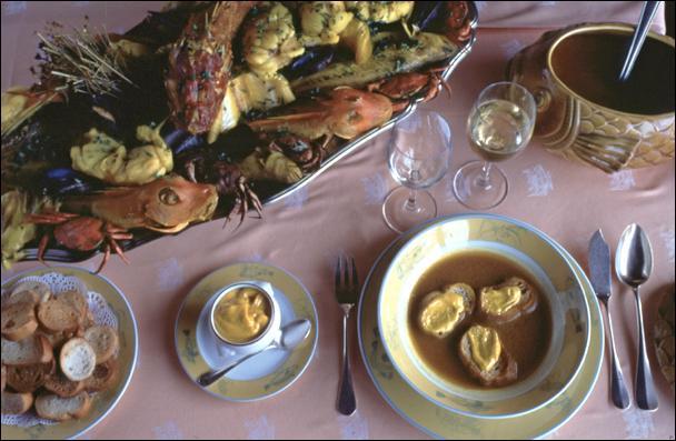 Mon premier désigne le visage. Mon second marque la surprise. Mon troisième décline. Mon tout est un plat traditionnel de Massalia.