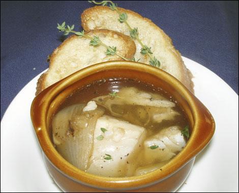 Mon premier est la moitié d'un œuf, dans le langage enfantin. Mon second va par trois. Mon tout est une soupe de poissons bretonne.
