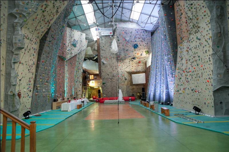 Ce mur d'escalade de 14 mètres de hauteur, aux 400 voies d'escalade, se situe dans une ville réputée pour ses nombreux bouchons :