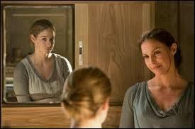 Dans la même séquence, que dit la mère de Tris à sa fille ?