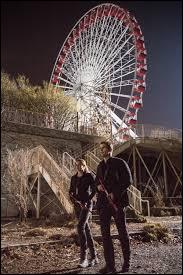 Lors du jeu du drapeau, Tris se retrouve coincée en haut de la grande roue, que se dit-elle ?