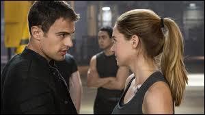 Quel mensonge donne Quatre à Eric pour incriminer Tris lorsqu'elle va voir son frère ?