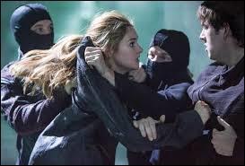Qui essaie de jeter Tris dans le gouffre ?