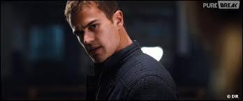 Quand Tris s'est fait attaquer, Quatre la laissa dormir dans sa chambre. Quand elle se réveille quelle phrase lit-elle sur le mur de Quatre ?
