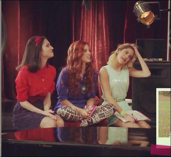 Quelle est la chanson que chantent Vilù, Francesca et Camila ?