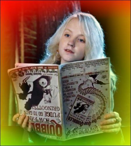 Tome 5 : dans le train, Luna lit son livre (à l'envers) et se fait interrompre par Hermione, qui traite le journal de vraie poubelle. Luna reprend son livre à la page...