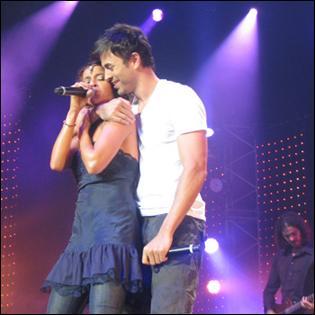 """2008. Cette chanson de l'artiste espagnol Enrique Iglesias est interprétée en version franco-anglaise sous le titre """"Tired of Being Sorry"""" (Laisse le destin l'emporter) par Enrique Iglesias et... !"""
