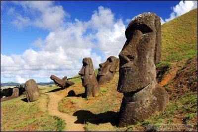 Comment s'appellent ces statues dont le créateur est inconnu ?