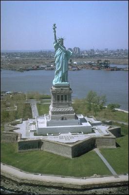 Offerte aux États-Unis par le gouvernement français, en 1886. Je suis :