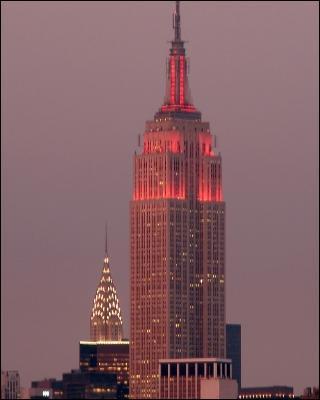 Gratte-ciel new yorkais, symbole de l'architecture moderne américaine, créé en 1931. Je suis :